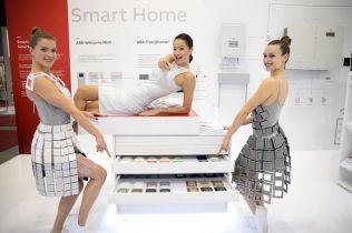 ABB představila nové designy vypínačů netradičně módní přehlídkou