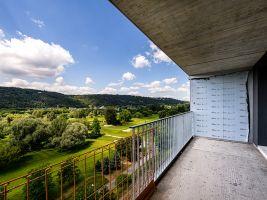 Výhled na Vltavu a golfové hřiště