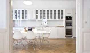 Byt v minimalistickém stylu s nádechem minulosti zdobí starý nájemní dům na Praze 1