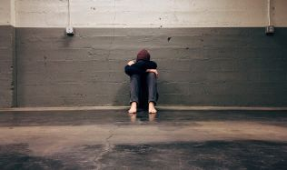 Bytová krize nutí mladé žít déle u rodičů. Řešením může být nájemní bydlení!