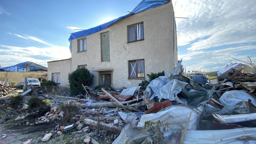 České obce a kraje zasažené tornádem a bouřemi mohou nově podávat žádosti o dotace