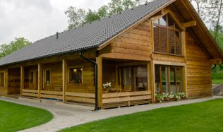 Jak se vyrábí dřevostavby - Chcete si vyzkoušet, jak se bydlí v roubence? Jedna moderní se otevře veřejnosti