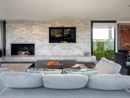 V obývacím pokoji nechybí nezbytný, kameny obkládaný krb