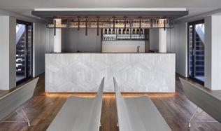 Loď, kterou zdobí bar s netradiční 3D mozaikou