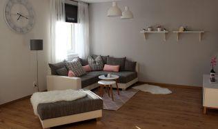 Fotogalerie: Spojením dvou místností vznikne střídmě, ale útulně zařízený obývací pokoj