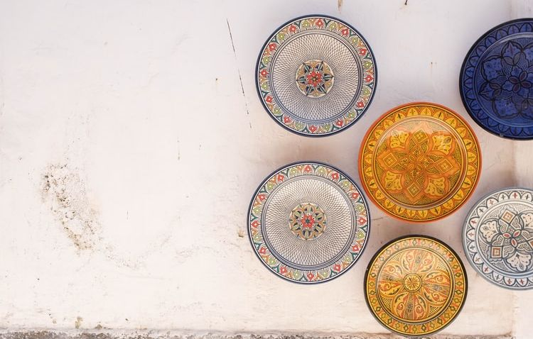 Hitem letního servírování jsou barevné talíře a misky