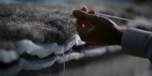 Jaký je rozdíl mezi postelemi z přírodních a umělých materiálů?