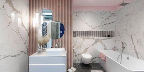 Stylové koupelny plné inspirace - Jemná kombinace imitace mramoru s narůžovělými prvky