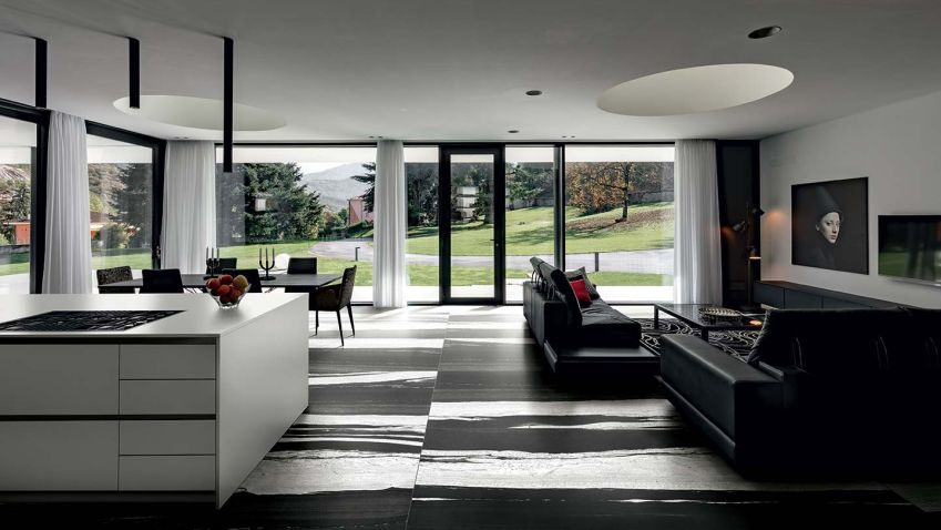 Kombinace černé a bílé barvy na podlaze působí elegantně v každé místnosti