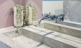 Stylové koupelny plné inspirace - Kombinace pastelových barev s designem kamenné soli
