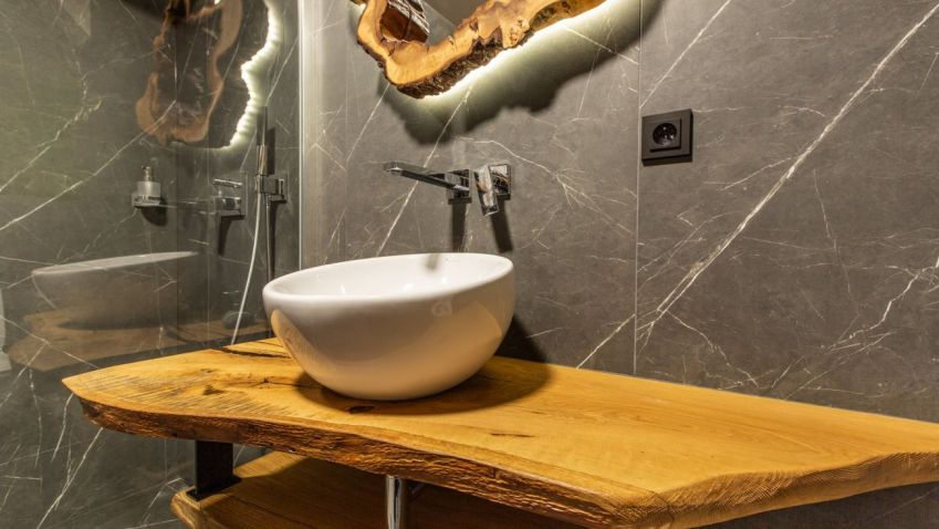 Koupelně v horském apartmánu dominují zcela unikátní dřevěné kousky