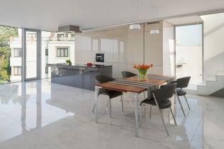 Inspirujte se: realizace kuchyně s atypickými spoji dveří