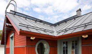 Má vaše střecha bezpečnostní prvky? Poradíme vám, co je důležité při pohybu ve výškách