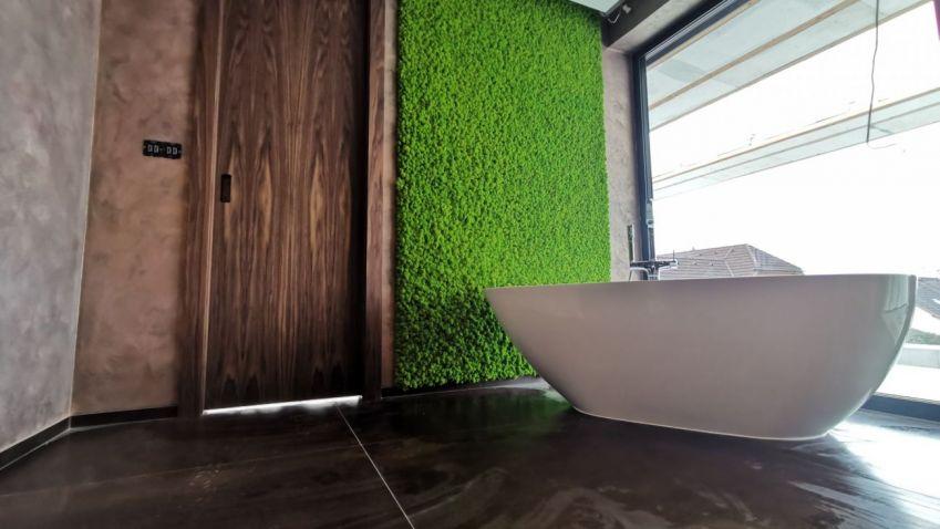 Mechové obrazy a dekorace se hodí do každého interiéru, třeba i do koupelny