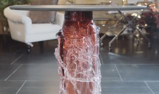 Mějte doma unikát - stůl s nohou z ručně foukaného skla!