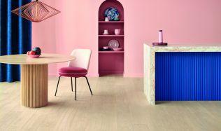 Nejnovějším trendem v interiérovém designu je modrá barva v kombinaci se dřevem