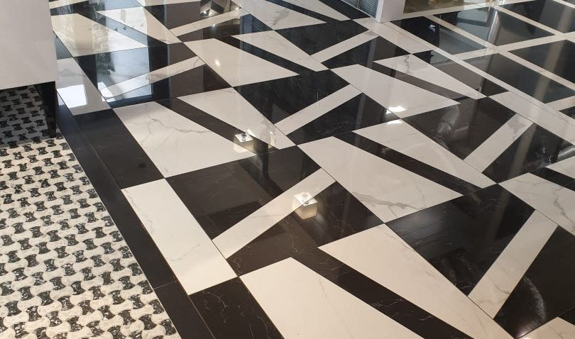 Novinka: elegantní černobílá mozaika v mramoru