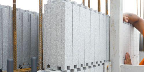 Nový stavební systém z polystyrenu zajišťující konstrukci i izolaci v jednom. Jak se vyrábí?