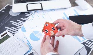 Objem nových hypotečních úvěrů na bydlení od bank a stavebních spořitelen stále stoupá