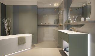 Stylové koupelny plné inspirace - Obklady v pastelových barvách nahrazující malby