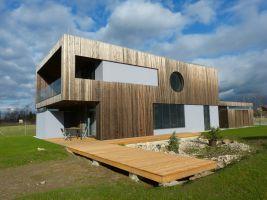 Optimálně balancovaný tvar, prosklené prochy a jejich stínění rovnou střechou