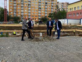Položení základního kamene prvního zeleného bytového domu Rezidence Oskarka v Českých Budějovicích