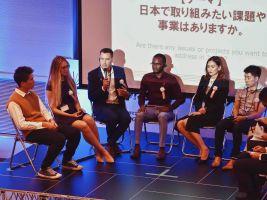 Pavel Podruh (s mikrofonem) při panelové diskuzi v rámci konference Social Development Goals, Osaka, Japonsko