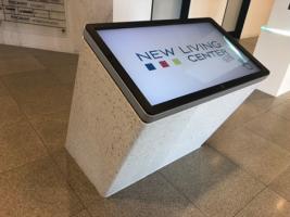 Navigační stojan na recepci v New Living Center