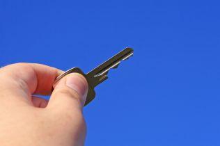 Podle guvernéra České národní banky nedělá vláda pro dostupnost bydlení nic!
