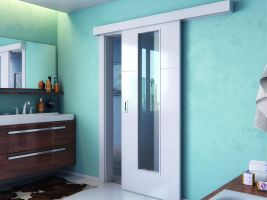 Zářivě bílé dveře Polar hladce kloužou po garnýži a zapadnou i do interiéru moderní koupelny. Kování ve tvaru hranaté mušle zajistí, že dveře půjdou pohodlně otevřít i smokrýma rukama.
