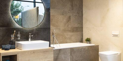 Stylové koupelny plné inspirace - Jemné kontrasty vytvořené použitím různých odstínů a formátů