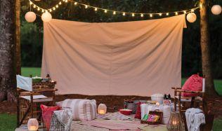 Prázdniny ještě zdaleka nekončí, zpříjemněte si letní chvíle s rodinou a vytvořte si zahradní kino