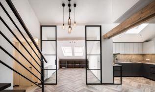 Rekonstrukce mezonetového bytu na Starém Městě dokonale využila celý prostor