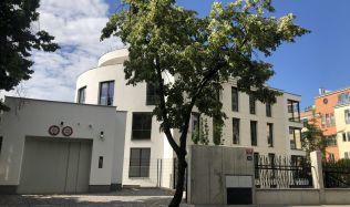 Reportáž: Prohlédněte si dostavěný projekt Bubeneč Gardens. Exkluzivní byty v něm jsou v prodeji!