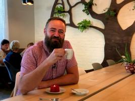 Moderátor Ondřej Samec v pořadu Na kafe!