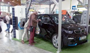 Solární přístřešek pro auto - zastřešení, které si na sebe samo vydělává