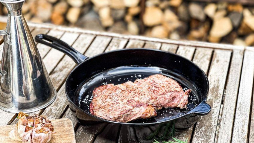 SOUTĚŽ: Litinová sada nádobí se hodí jak do kuchyně, tak na gril. Hrajte o nádobí za 8 000 korun