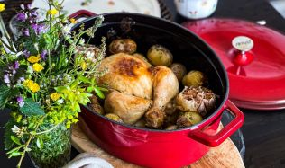 SOUTĚŽ: Stále máte možnost vyhrát litinovou sadu nádobí, která se hodí jak do kuchyně, tak na gril. Hrajte o nádobí za 8 000 korun