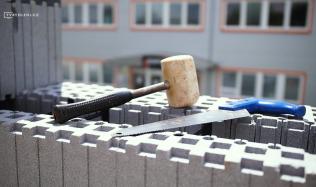 Stavba obvodových stěn pro nízkoenergetické a pasivní domy. Podívejte se na stavebnicový systém s izolací v jednom.
