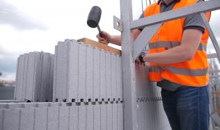 Stavba obvodových stěn z polystyrenu. Co k realizaci budeme potřebovat?