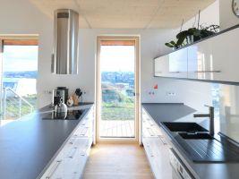 Velká okna zajišťují dostatečné prosvětlení interiéru