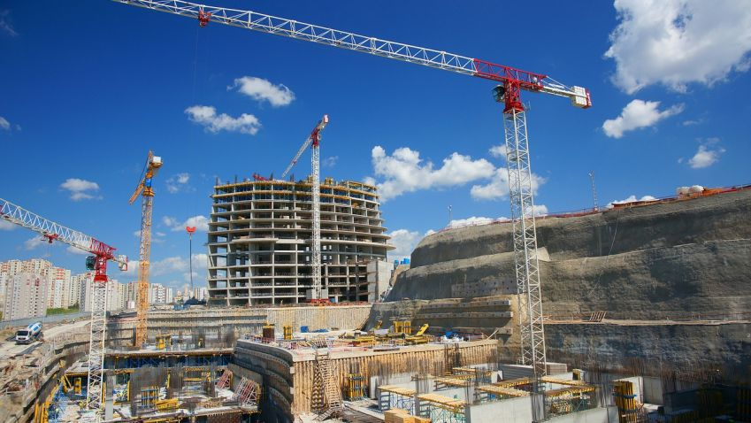 Velké stavební firmy  zatím výrobu nepřerušují