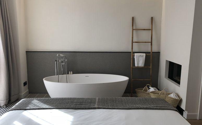 Z vany rovnou do postele, jaké výhody má koupelna v ložnici